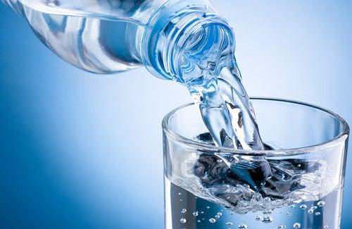 Benefícios de beber água morna regularmente
