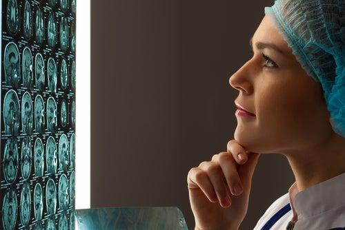 Médica olhando exames