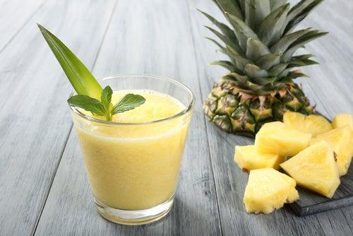 Bebidas naturais com abacaxi