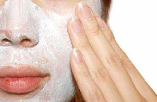 Por que devemos esfoliar a pele? Como fazer?