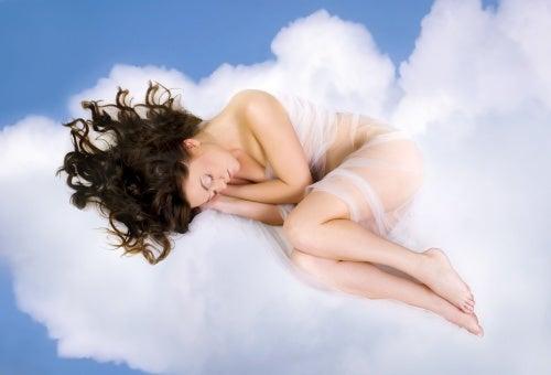 mulher dormindo nas nuvens