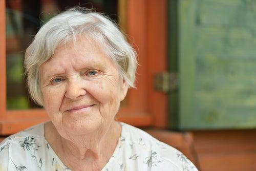 Mulher idosa com vários fios brancos na cabeça