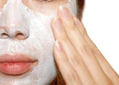 Exfoliação da pele do rosto para eliminar cravos