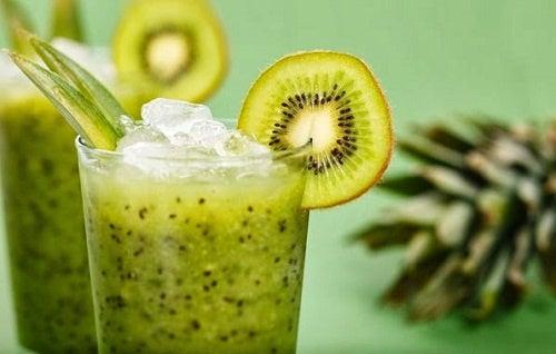 Vitamina natural de alface e kiwi para perder peso