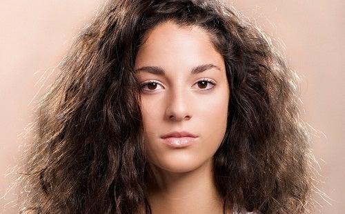 8 dicas simples para tratar o cabelo encrespado e rebelde