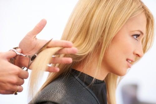 Mulher cortando o cabelo