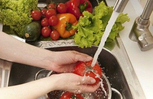 lavar e desinfetar alimentos