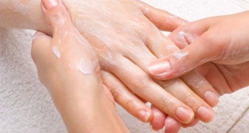 Massagem para eliminar manchas nas mãos