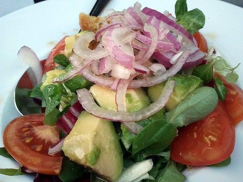 os benefícios de comer saladas saudáveis para a digestão
