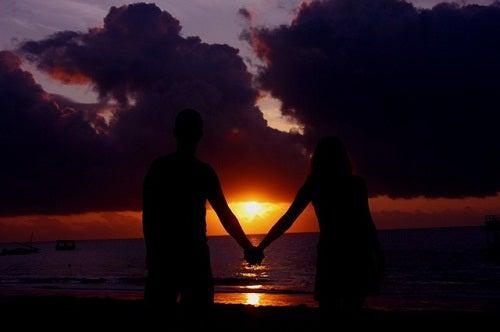 8 possíveis sinais de que seu parceiro te engana