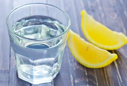 Remédios caseiros água com limão