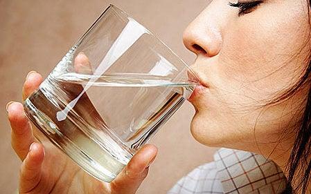 Não tomar água atrapalha a emagrecer