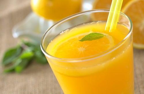 sucos de futas naturais como a laranja ajudam a desintoxicar