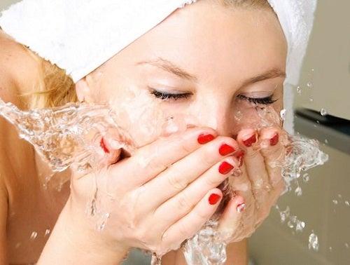 Máscara de argila ajuda a limpar a pele e a fechar os poros do rosto