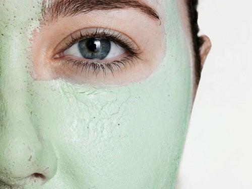 Mulher com máscara de argila
