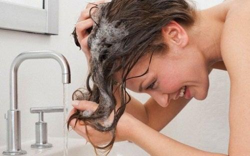 Com que frequência devemos lavar os cabelos?