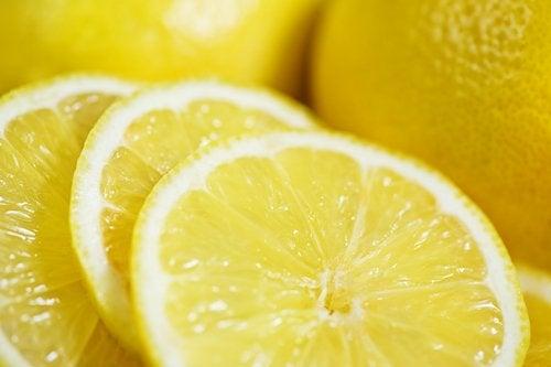 Tratamento contra os fungos nos pés e nas unhas com limão