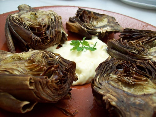 Alcachofras grelhadas com ovo ralado no jantar