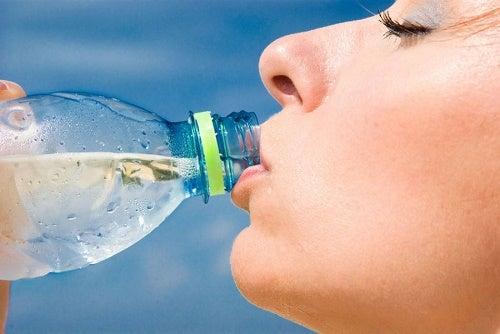 Beber bastante água para eliminar a flacidez