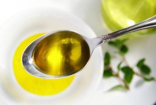 Azeite de oliva e limão em colher