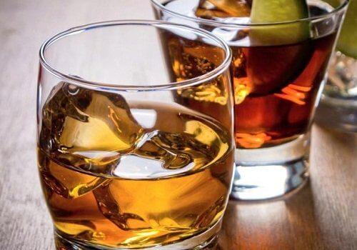 O consumo excessivo de álcool pode causar danos ao fígado e aos rins