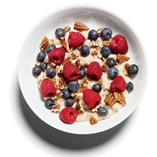 Aveia com nozes e baga é uma opção de café da manhã que pode te ajudar a perder peso