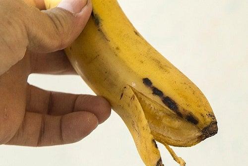 Como branquear os dentes com casca de banana