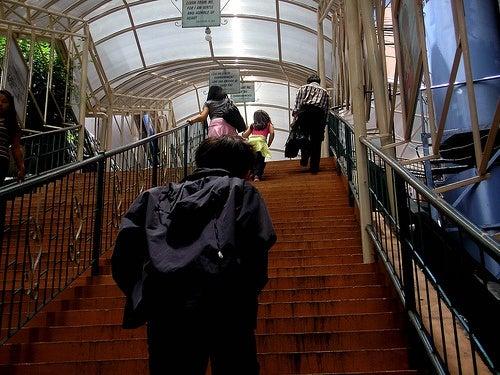 Pessoas subindo escadas