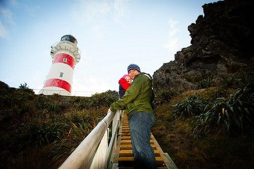 Homem subindo escadas com criança