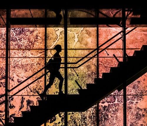 Mulher subindo escadas