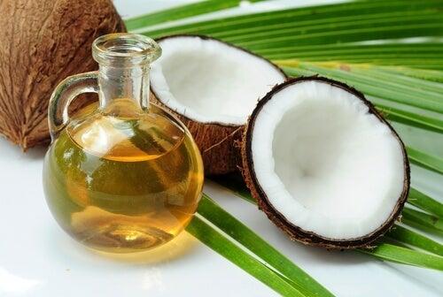 Óleo de coco para tratar o frizz do cabelo