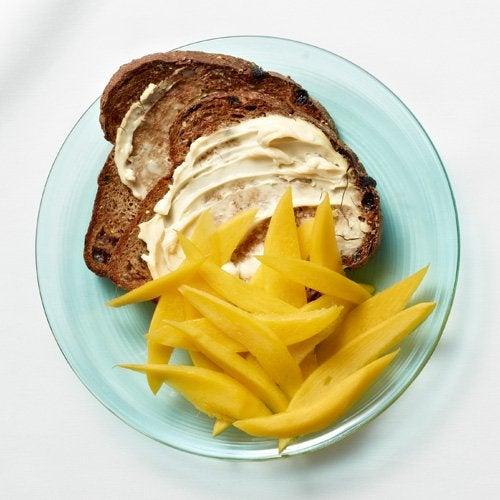 Pão torrado com manga é uma opção de café da manhã que pode te ajudar a perder peso