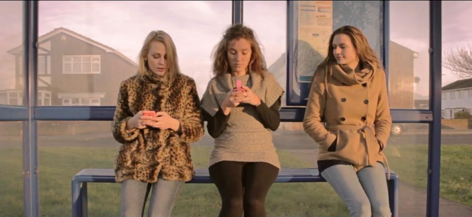 Mulheres usando o celular e conversando sobre não dormir perto do celular