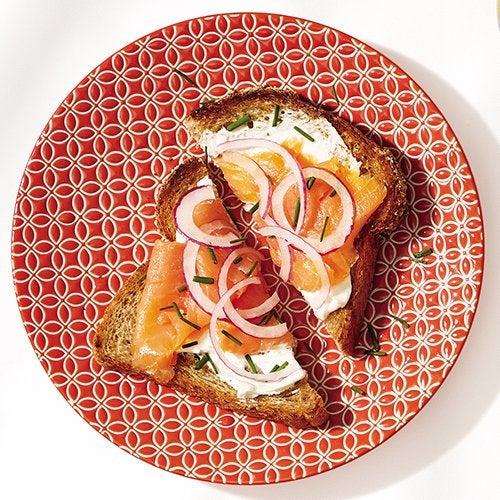 A torrada com salmão defumado é uma opção de café da manhã que pode te ajudar a perder peso