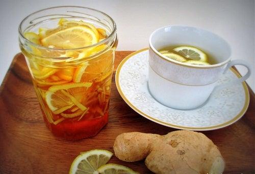 Xarope de gengibre, limão e mel de abelhas todos os dias pela manhã para reforçar seu sistema imunológico