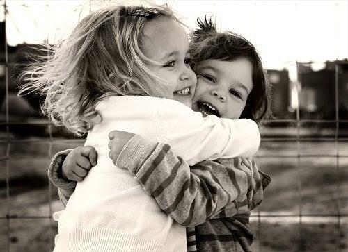 Abraço entre crianças