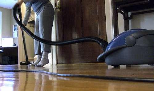 mulher limpando casa antiácaros