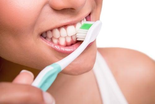 Higienizar escova de dentes com água oxigenada
