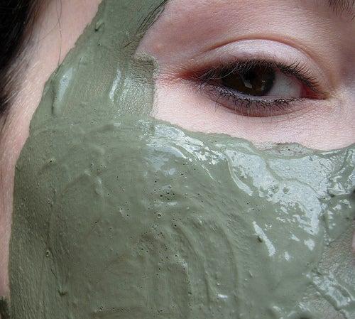 Máscara de argila branca contra acne