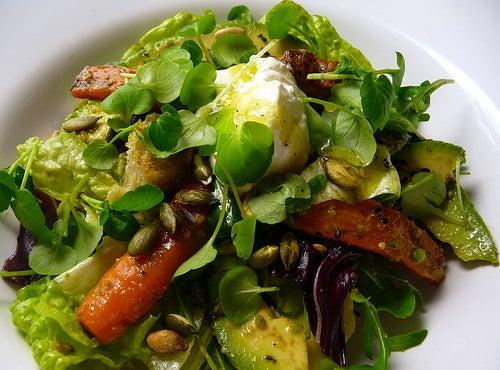 salada no plano verde