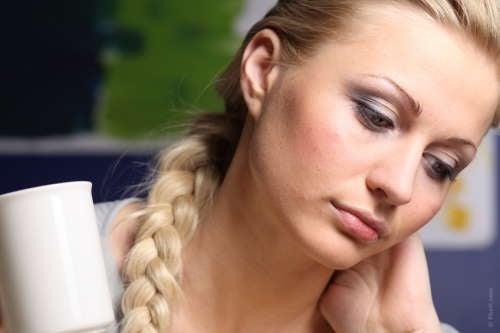 Mulher pensando nos sintomas dos pólipos intestinais