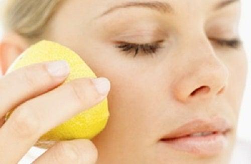 Mascara facial com usos do limão