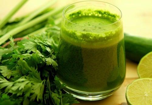 Suco verde para melhorar o corpo ácido