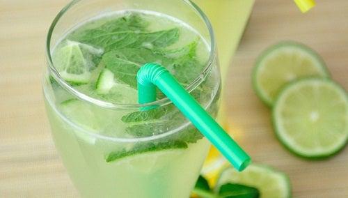 água de limão e menta