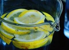 6 formas interessantes de tomar água para desintoxicar o corpo e se refrescar