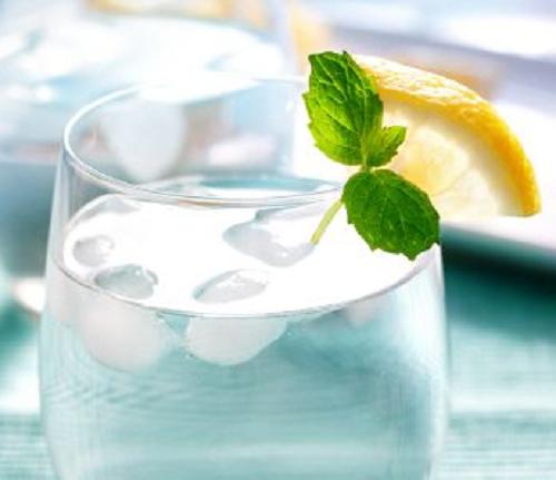 beber água de estômago vazio gelada