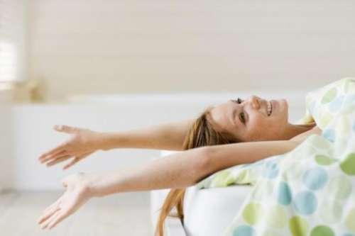 beneficios-dormir-sem-roupa-jovialidade