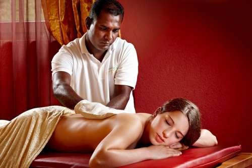 mulher fazendo massagem