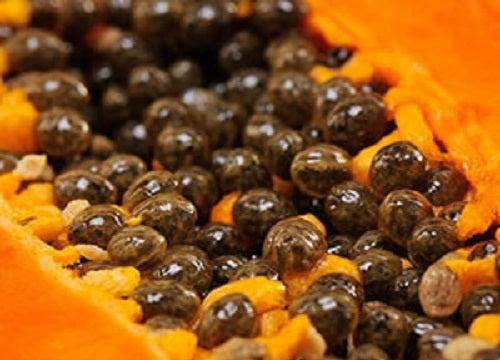 Descubra os 5 grandes benefícios de comer sementes de mamão