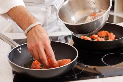 Por que devemos deixar de usar o plástico e o teflon na cozinha?